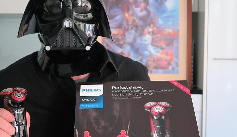 """Ein Schweizer Star Wars Fan mit dem Philips Rasierer SW9700 """"Die dunkle Seite"""""""