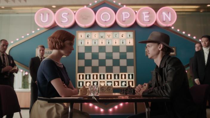 Die junge Elizabeth wächst in den 1950er Jahren in einem Waisenhaus in Kentucky auf. Schon bald entdeckt sie ihr Talent zum Schachspielen und versucht, die von Männern dominierte Schachwelt zu erobern. Jedoch kämpft sie mit einem Suchtproblem.