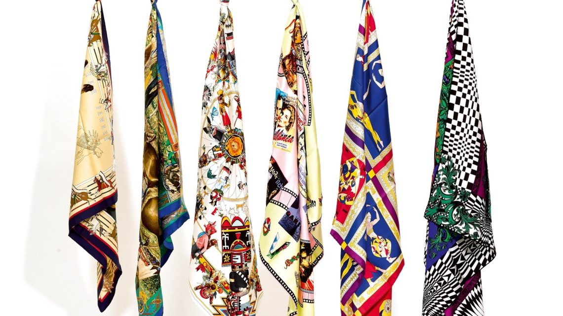 Seidenfoulards von Gianni Versace. Alle bedruckt im typischen, bunten Versace Stil