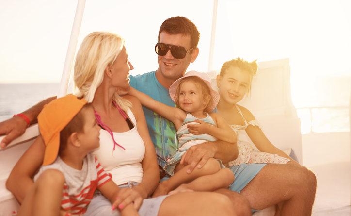 Bild mit künstlich überglücklicher Familie