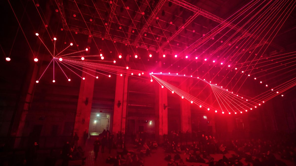 Eine spektakuläre Lichtkunstinstallation und Performance: Vernetzte Laserlichtstrukturen und multidimensionale Sounds erschaffen einen amorphen Raum aus Licht und Klang. Besucher tauchen ein in die visualisierten Tiefen digitaler Kommunikation