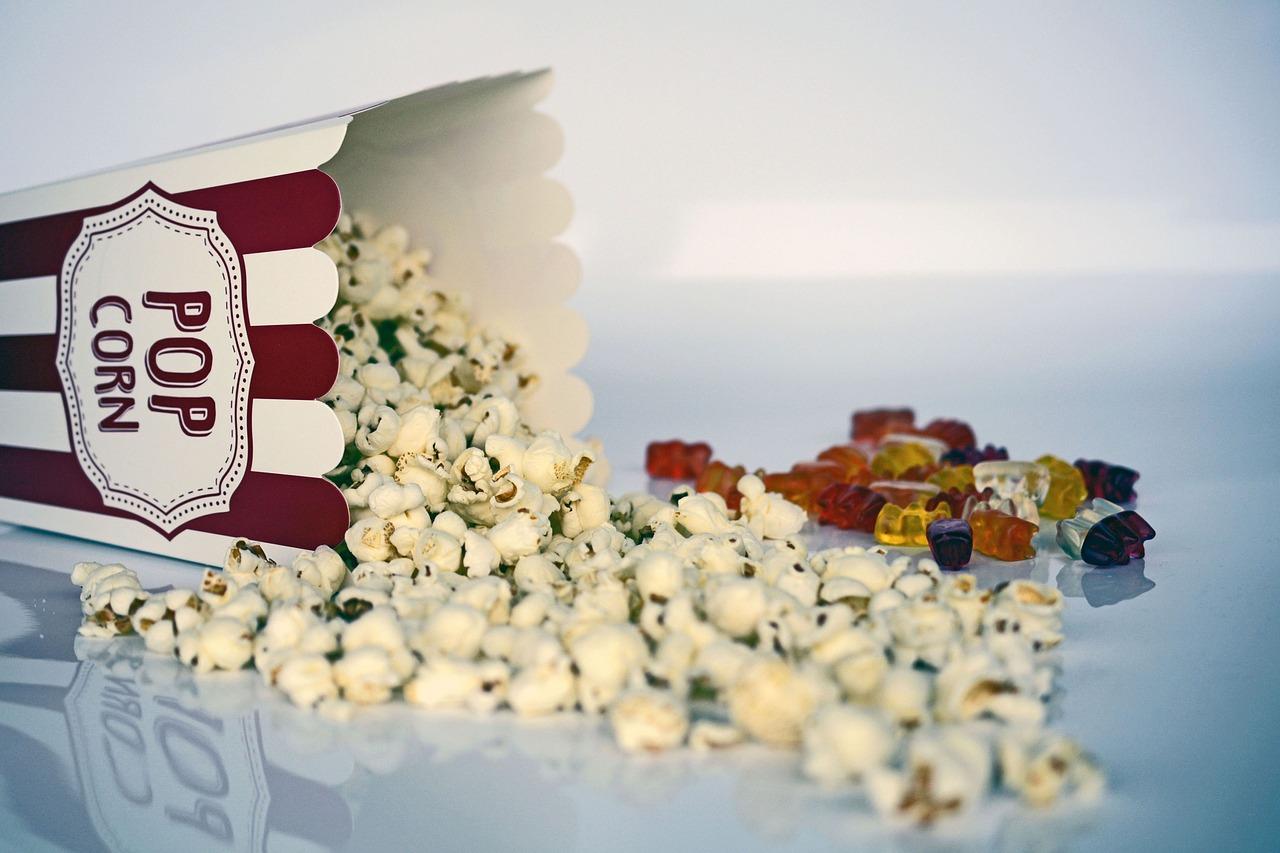 Bild von Popcorn und Gummibärli