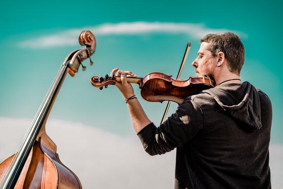 Neuhaus ist das Soloprojekt des Schweizer Musikers Yves Neuhaus.