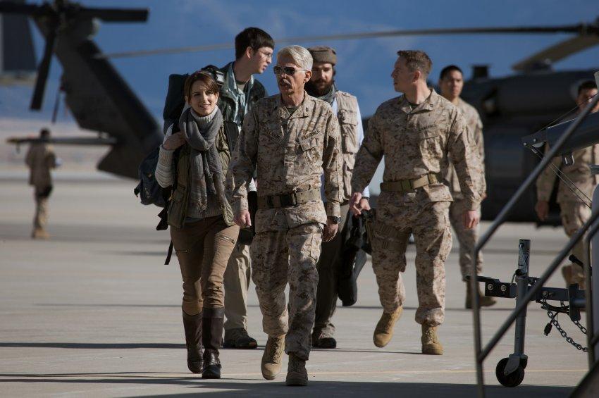 Von links nach rechts: Tina Fey spielt Kim Baker, Nicholas Braun als Tall Brian, Billy Bob Thornton ist General Hollanek and Christopher Abbott der besagte Fahim Ahmadzai