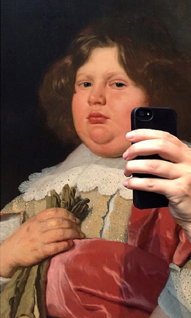 woman-gets-paintings-to-take-selfies-2